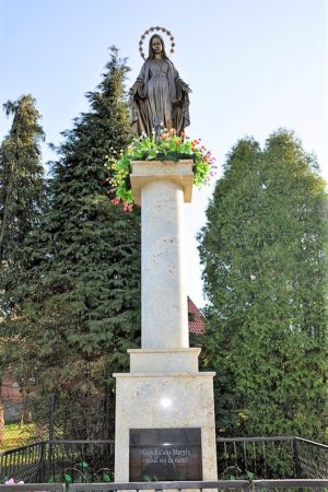 Pomnik W Stulecie Odzyskania Niepodległości Matki Boskiej Niepokalanej Ul. Tarnowska Obok Posesji P. S. 3