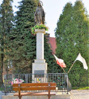 Pomnik W Stulecie Odzyskania Niepodległości Matki Boskiej Niepokalanej Ul. Tarnowska Obok Posesji P. S