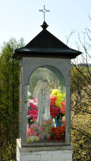 Zbliżenie Kapliczki Na Początku Ul. Mickiweicza Od Ul. Kościelnej